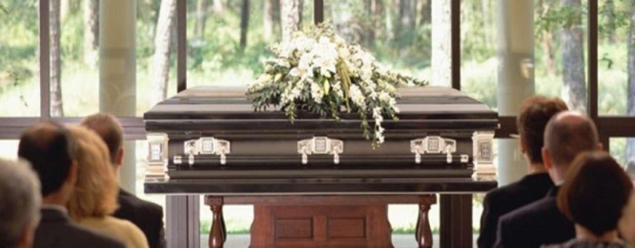 """DIRECTOR DE SERVICIOS FUNERARIOS: Es un profesional ofrece apoyo competente y """"simpático"""" durante los últimos ritos funerarios que se le hagan al cadáver de un ser querido. Para muchos, el director de la funeraria es una figura sombría, fría, sin sentimientos, pero realmente realizan una serie de funciones importantes. Salario promedio: 79.930 dólares por año, fuente: BLS."""