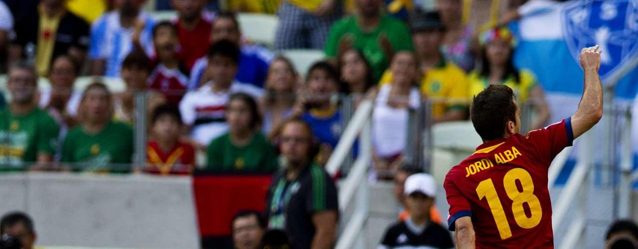 Jordi Alba reclama una jugada al silbante Howard Webb.