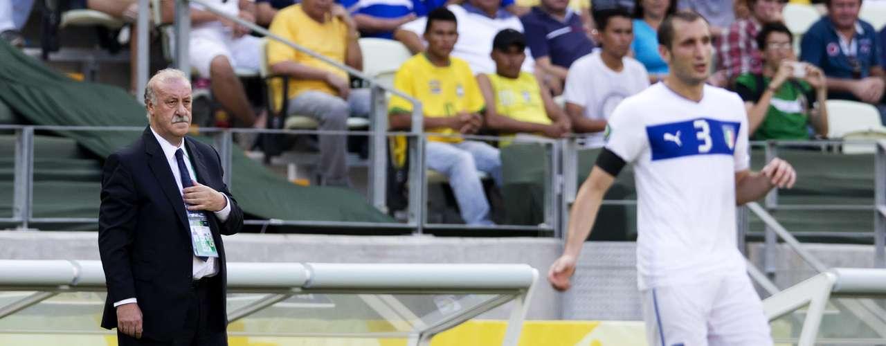 Vicente del Bosque sale preocupado a dar consejos a sus jugadores.