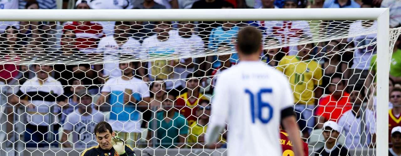 Iker Casillas salcó en varias ocasiones la portería española, despejando asi las dudas sobre su titularidad.