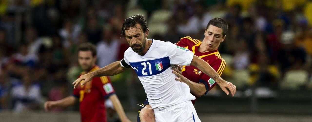 Andrea Pirlo y Torres disputan el esférico.