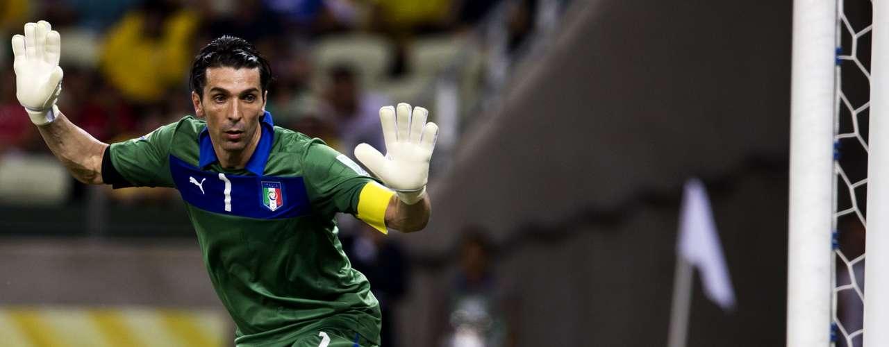 Con su experiencia, Buffon cuida la pelota antes de abandonar el campo.