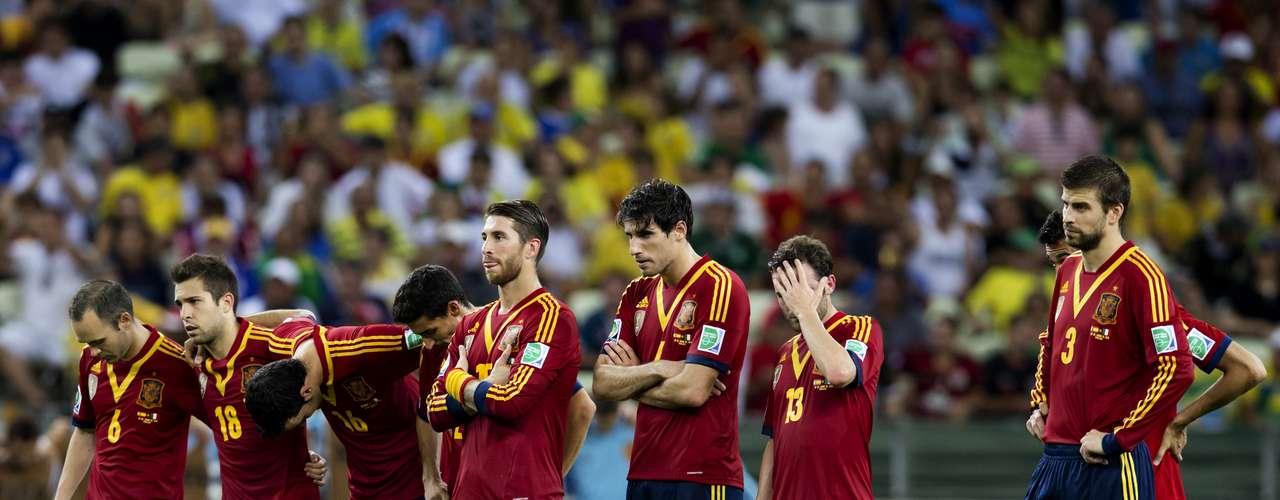 El drama de los penales, los españoles observan a Buffon en la puerta.