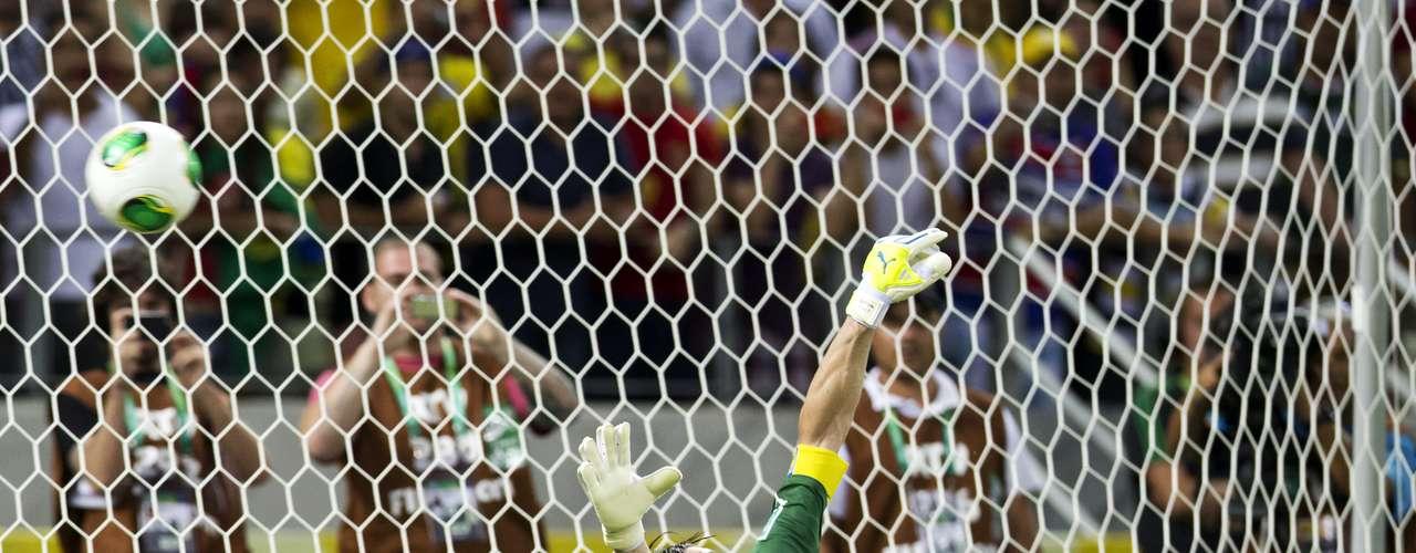 Cerca, Gianluigi Buffon estuvo a centímetros de atajar un penal, pero al final fue un error italiano el que definió el partido.