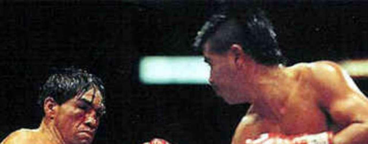 Otro duelo histórico entre un mexicano y un estadounidense fue el que escenificaron Humberto González (izquierda) y Michael Carbajal. En la división de peso mosca, ambos púgiles protagonizaron una gran trilogía en la década de los 90 con dos triunfos para el azteca por uno del americano.