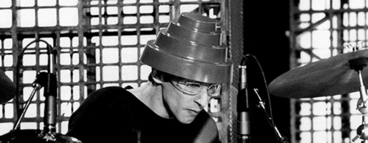 Alan Myers, baterista de la banda Devo, falleció tras padecer cáncer cerebral el 24 de junio de 2013. Su talento en la batería fue reconocido por los integrantes de la agrupación de la que formó parte durante la época que va de 1976 al año 1985.