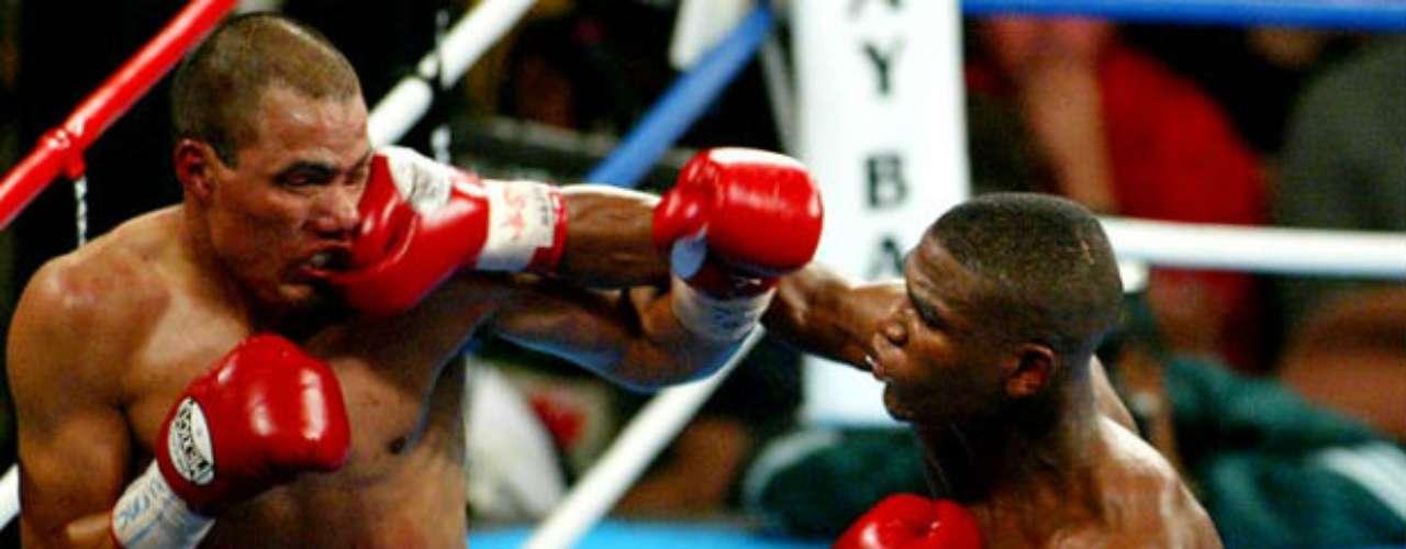 No será la primera vez que Floyd Mayweather se enfrente a un mexicano, pues ya lo ha hecho en ocho ocasiones con un abrumador saldo favorable. En 2002 y 2003, 'Money' venció a José Luis Castillo.