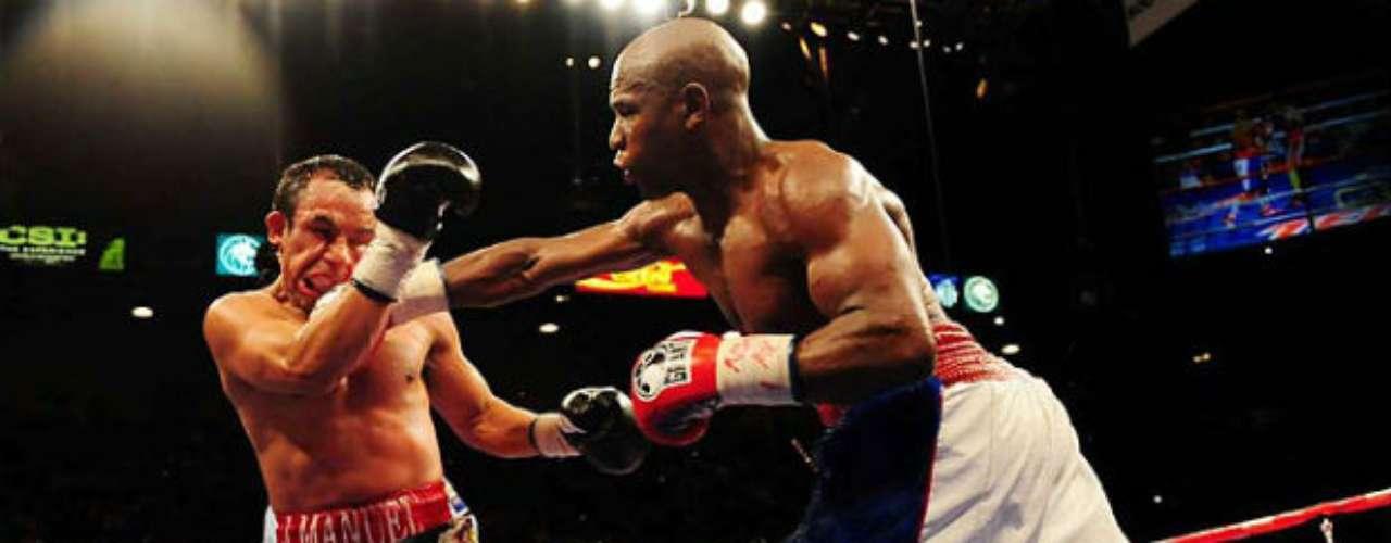Mayweather ya ha peleado también con uno de los mejores púgiles aztecas en la historia: Juan Manuel Márquez. En el 2009, 'Money' dio cuenta del mexicano en la división Welter. En esa confrontación, 'Dinámita' cedió mucho en el peso y eso fue factor para llevarse la derrota.