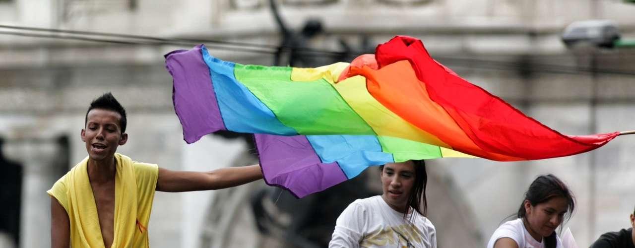 Para exigir equidad y celebrar sus derechos, integrantes de la comunidad Lésbico, Gay, Transgénero, Transexual e Intersexual se congregaron en el Ángel de la Independencia para marchar esta tarde al Zócalo.