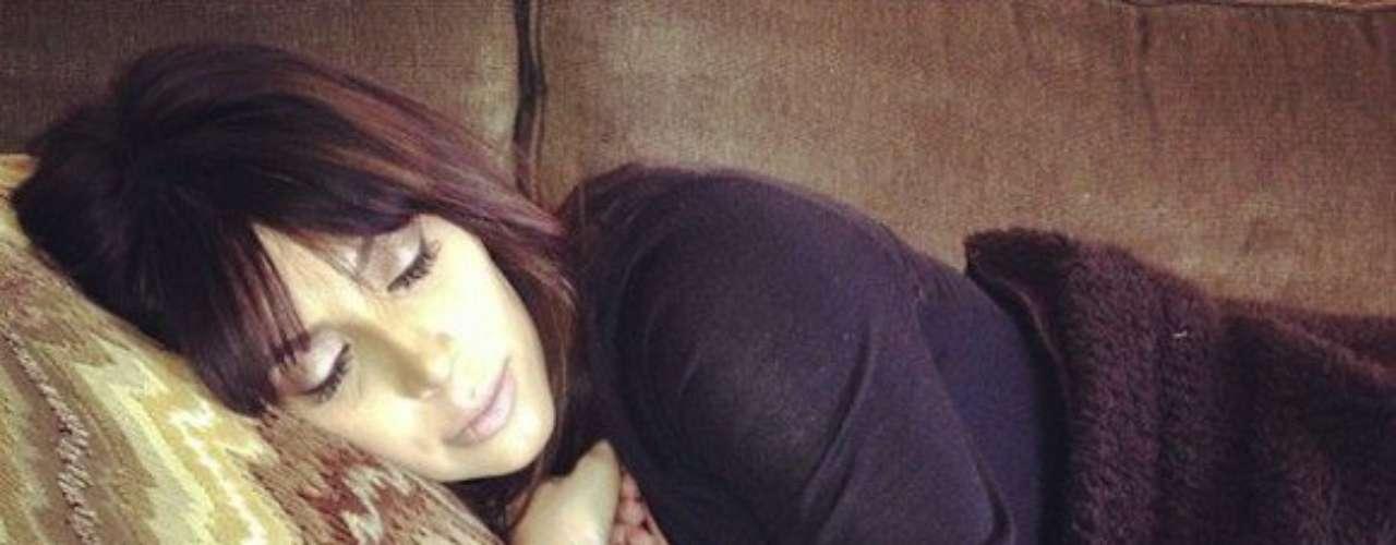 1 de Julio - Mucho se especula que esta puede ser la primer foto de Kim Kardashian después de haber dado a luz. Khloé Kardashian publicó esta foto de su hermana descansandojunto a su adorado perro. ¡Qué tiernos se ven!