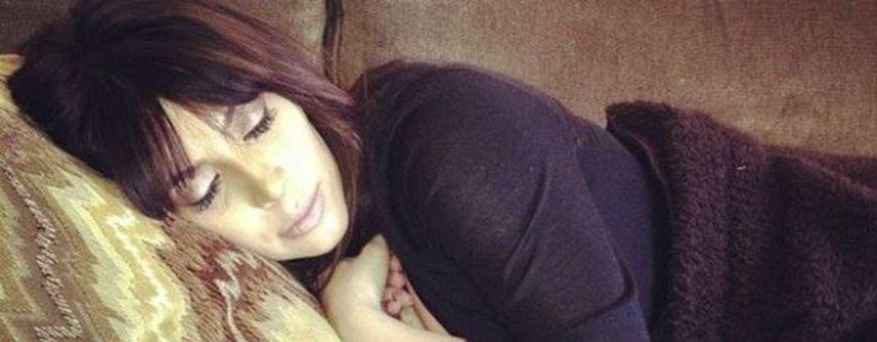 Luego de todo el misterio de Kim Kardashian después de dar a luz a North West, Khloe Kardashian ha compartido en su cuenta de Facebook la primera foto de su hermana descansando aparentemente dormida luego del inesperado nacimiento.