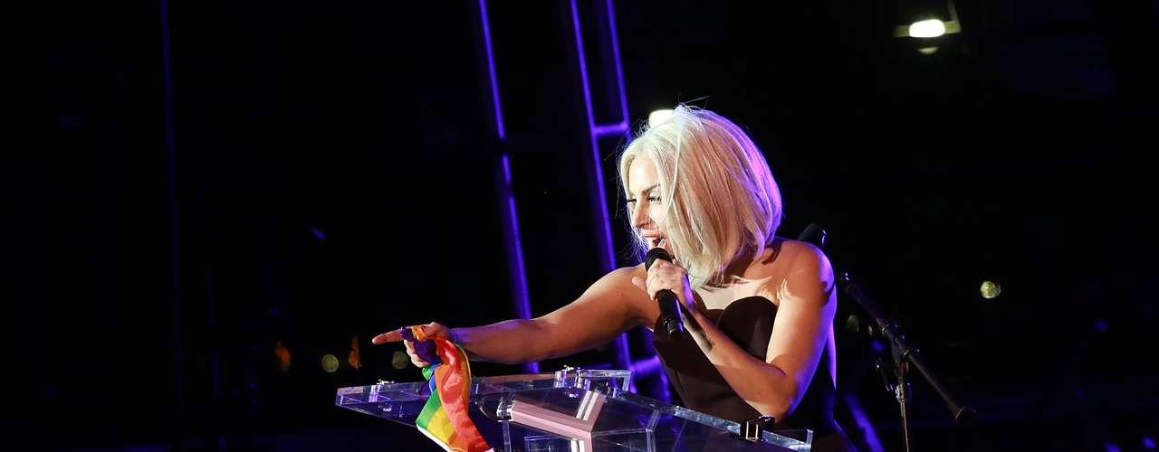 Lady Gaga hizo su primera gran aparición pública tras su operación de cadera para apoyar la causa homosexual en el Hudson River Park, donde se dió el pistoletazo de salida a las celebraciones del Orgullo Gay de Nueva York.