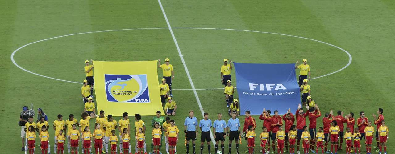 Players from Brazil (L) and Spain (R) line up before the start of the Confederations Cup final soccer match at the Estadio Maracana in Rio de Janeiro June 30, 2013.  REUTERS/Paulo Whitaker (BRAZIL  - Tags: SPORT SOCCER)
