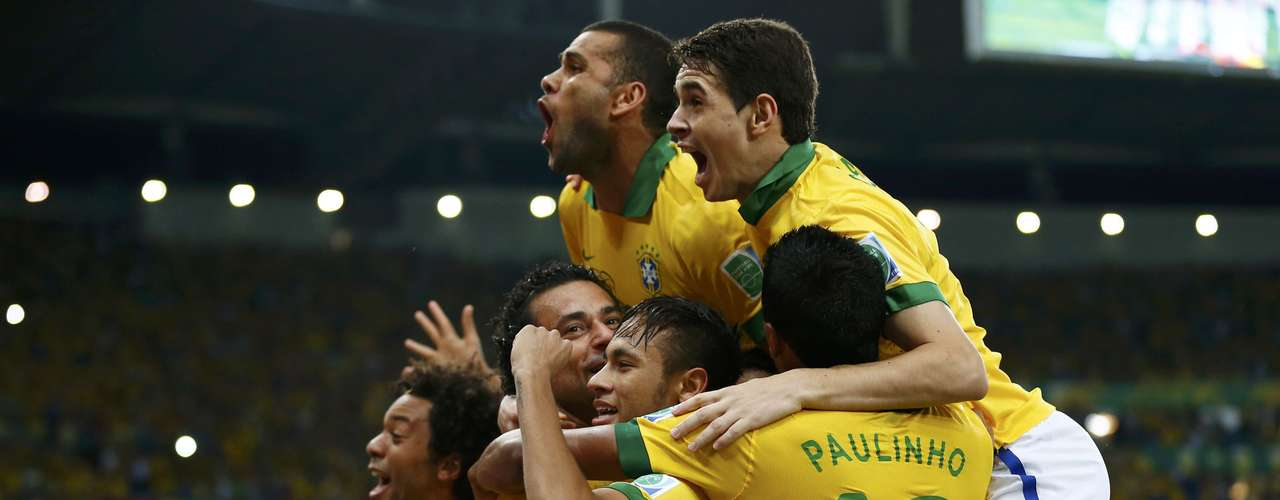 Brazil's Fred (2nd L) celebrates with his teammates after scoring the team's third goal during their Confederations Cup final soccer match against Spain at the Estadio Maracana in Rio de Janeiro June 30, 2013.    REUTERS/Jorge Silva (BRAZIL  - Tags: SPORT SOCCER)