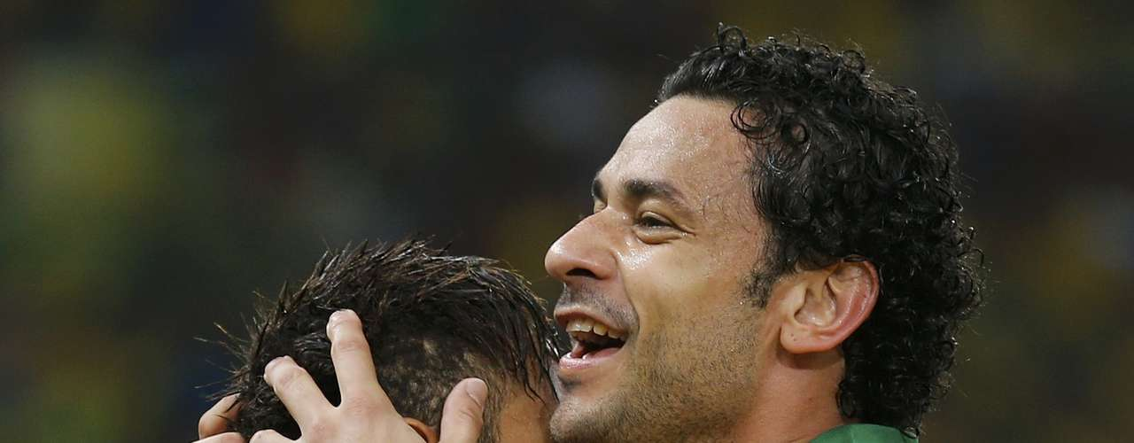 Brazil's Fred (R) celebrates with teammate Neymar after scoring a second half goal against Spain during the Confederations Cup final soccer match at the Estadio Maracana in Rio de Janeiro June 30, 2013.    REUTERS/Sergio Moraes (BRAZIL  - Tags: SPORT SOCCER)