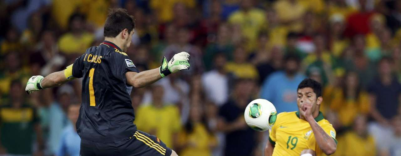 Spain's goalkeeper Iker Casillas (L) jumps to block a show by Brazil's Hulk during their Confederations Cup final soccer match at the Estadio Maracana in Rio de Janeiro June 30, 2013. REUTERS/Jorge Silva (BRAZIL  - Tags: SPORT SOCCER)