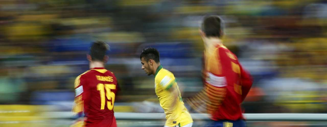 Brazil's Neymar (C) runs with the ball chased by Spain's Sergio Ramos and Gerard Pique (R) during their Confederations Cup final soccer match at the Estadio Maracana in Rio de Janeiro June 30, 2013. REUTERS/Jorge Silva (BRAZIL  - Tags: SPORT SOCCER TPX IMAGES OF THE DAY)