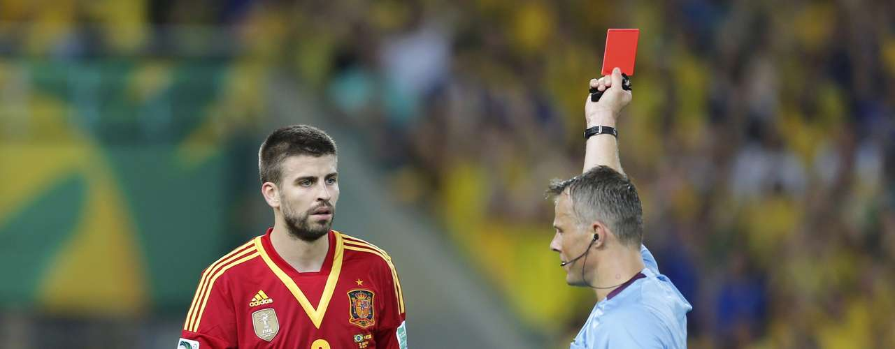 Spain's Gerard Pique receives a red card from the referee during the Confederations Cup final soccer match at the Estadio Maracana in Rio de Janeiro June 30, 2013. REUTERS/Sergio Moraes (BRAZIL  - Tags: SPORT SOCCER)
