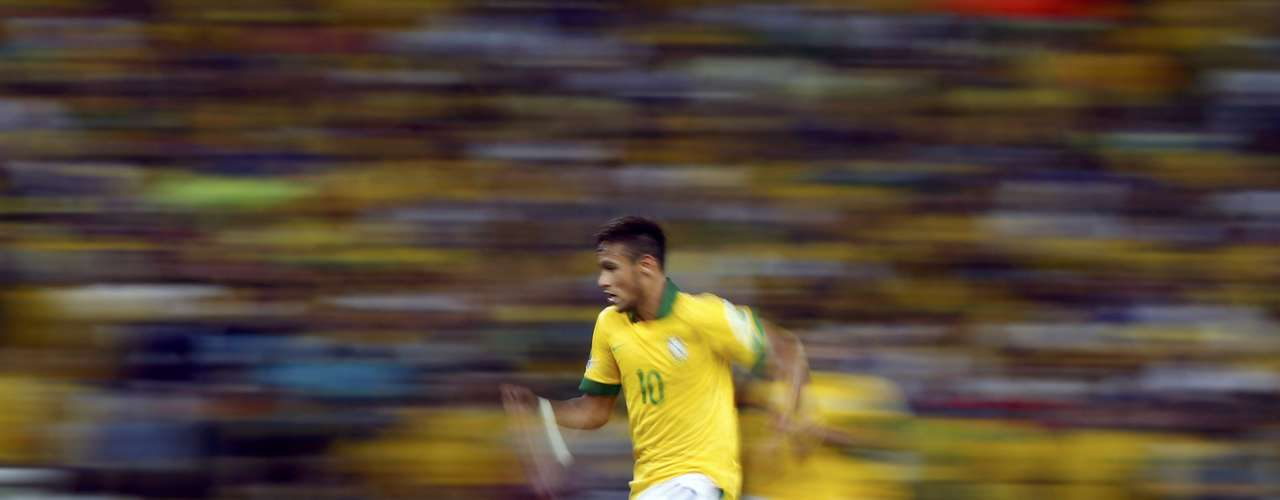 Brazil's Neymar runs with the ball during their Confederations Cup final soccer match against Spain at the Estadio Maracana in Rio de Janeiro June 30, 2013. REUTERS/Jorge Silva (BRAZIL  - Tags: SPORT SOCCER)