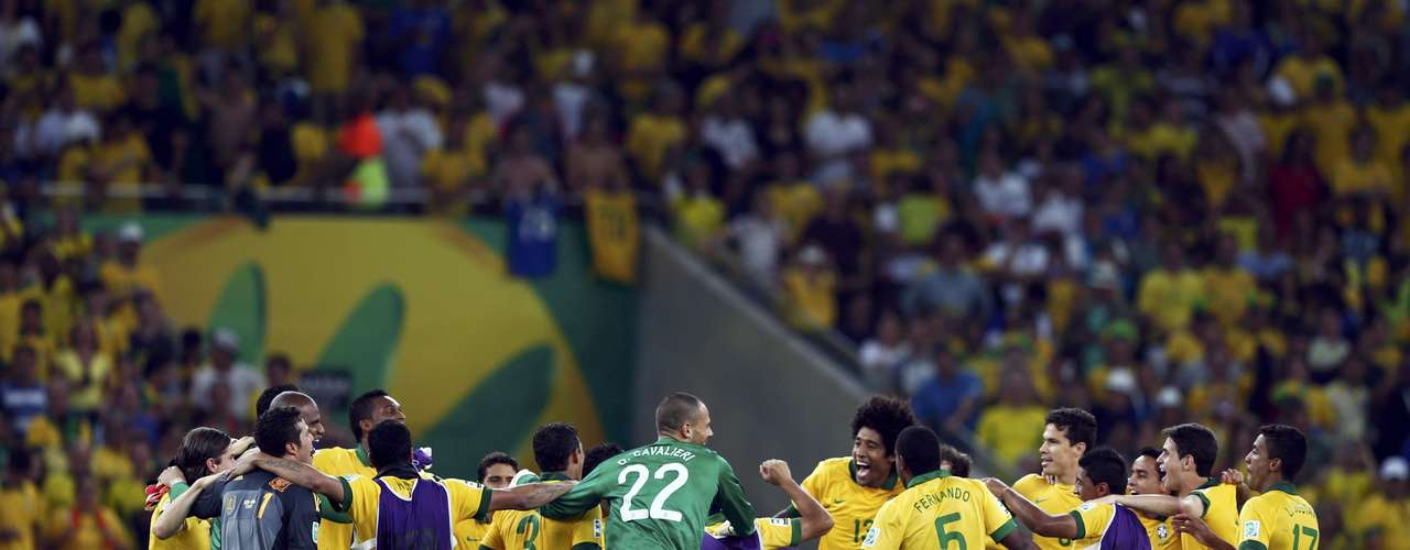 Brazil's players celebrate after their Confederations Cup final soccer match against Spain at the Estadio Maracana in Rio de Janeiro June 30, 2013. REUTERS/Marcos Brindicci (BRAZIL  - Tags: SPORT SOCCER)