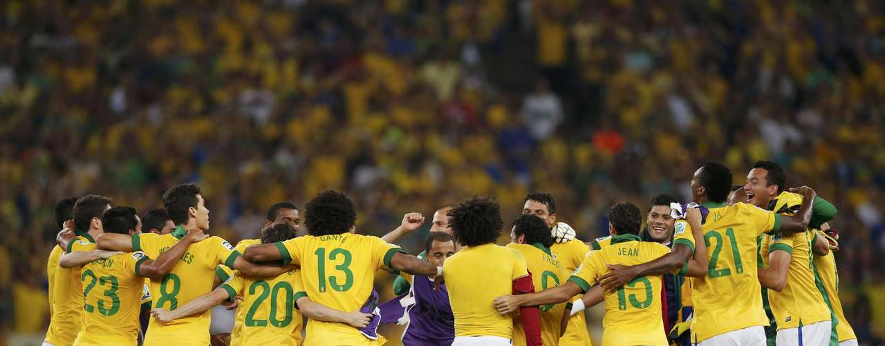 Brazil's players celebrate after winning their Confederations Cup final soccer match against Spain at the Estadio Maracana in Rio de Janeiro June 30, 2013. REUTERS/Jorge Silva (BRAZIL  - Tags: SPORT SOCCER)