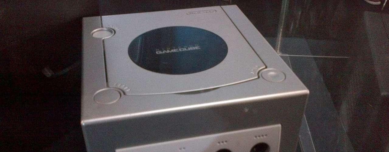 GAME CUBE.- fue una de las consolas de sexta generación y fue fabricada por Nintendo. Es la sucesora de la Nintendo 64 y la predecesora de la Wii.
