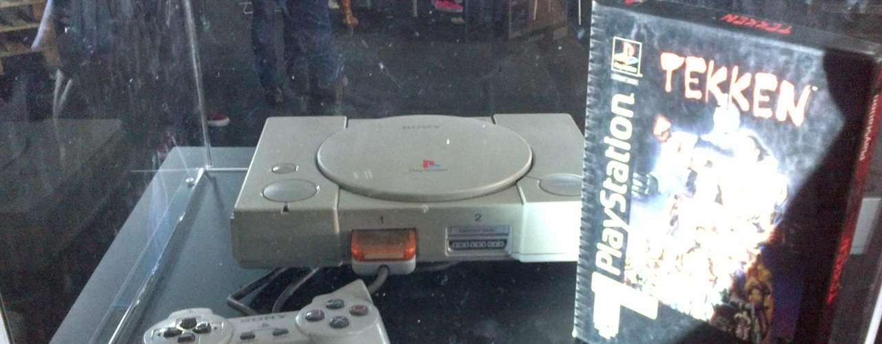 PLAYSTATION.- PlayStation (oficialmente abreviada como PS, también llamada PS1 o PSX), es una videoconsola de 32 bits, lanzada por Sony Computer Entertainment el 3 de diciembre de 1994 en Japón.