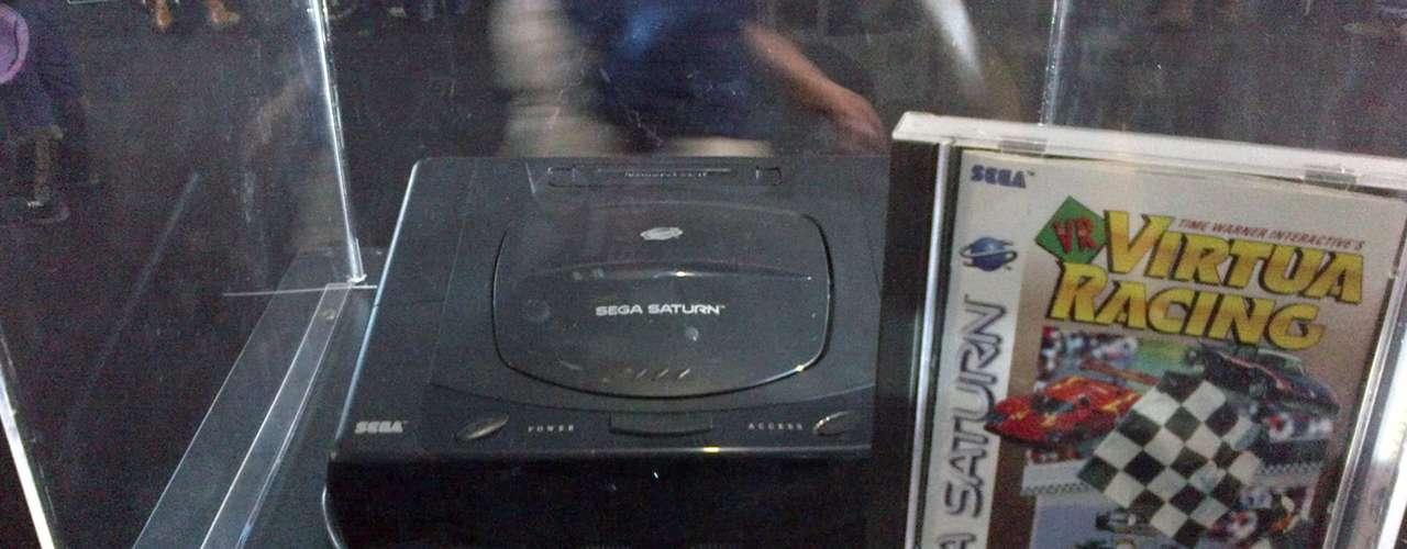 SEGA SATURN.- Sega Saturn es la sexta consola de sobremesa producida por Sega, fue desarrollada para suceder a la Genesis/Mega Drive.