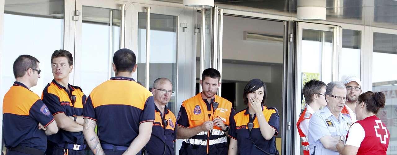 Efectivos de Protección Civil, personal sanitario y psicólogos, esperan la llegada de los familiares de las víctimas del accidente de autobús ocurrido esta mañana en Tornadizos, a unos seis kilómetros de Ávila, a las puertas del polideportivo municipal \