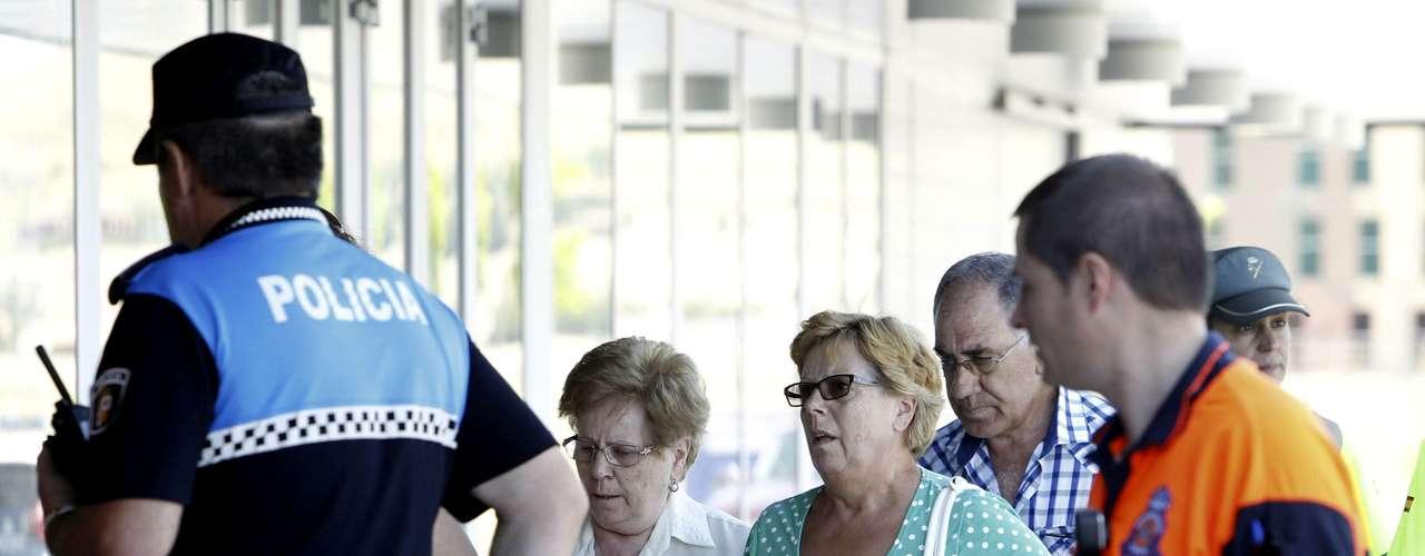 Familiares de las víctimas del accidente de autobús ocurrido esta mañana en Tornadizos, a unos seis kilómetros de Ávila, a su llegada al polideportivo municipal \