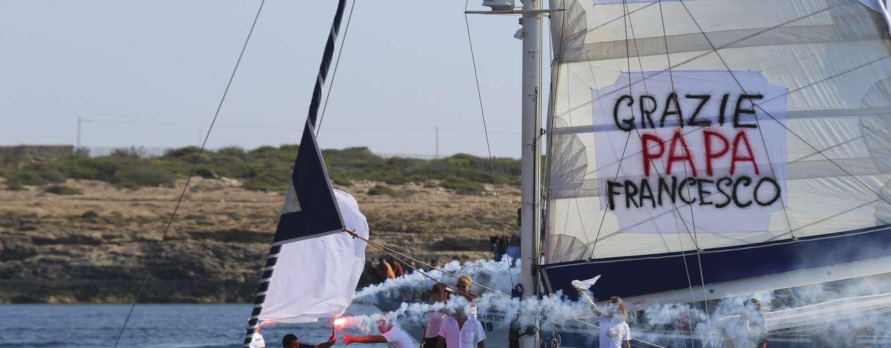 Miles de isleños recibieron a Francisco en el puerto, donde llegó a bordo de una embarcación de la guardia costera y acompañado de una flotilla de barcos pesqueros.