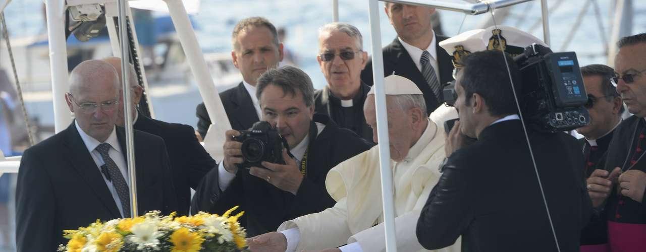 En la isla, el Papa depositó una corona en el puerto en honor a los migrantes africanos fallecidos.