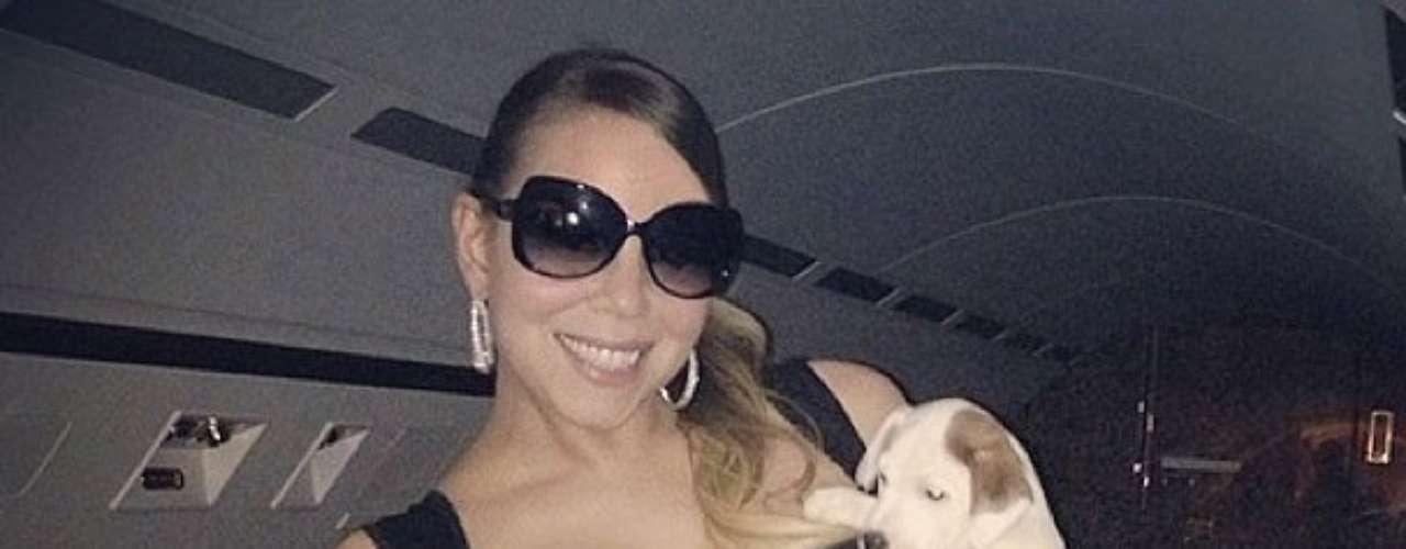 6 de Julio - Qué buen semblante el que tiene la curvilinea Mariah Carey. Sus posteos en las redes sociales denotan que vive una etapa llena de amor para dar y recibir. Esta vez dejó a sus gemelitos durmiendo en sus cunas para posar junto a su tierno perrito, otro de sus grandes amores.