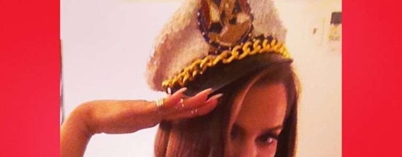 10 de Julio - ¡Qué sexy! Khloé Kardashian posa como una marinera y saludando a sus fans. ¡Bella!