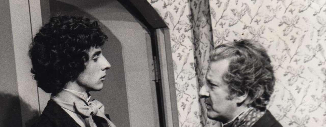 En 1977 Víctor Mallarino protagonizó su primera telenovela llamada 'Rojo y Negro' que contaba la historia de un alto seminarista que conquistaba a dos damas de la alta sociedad.