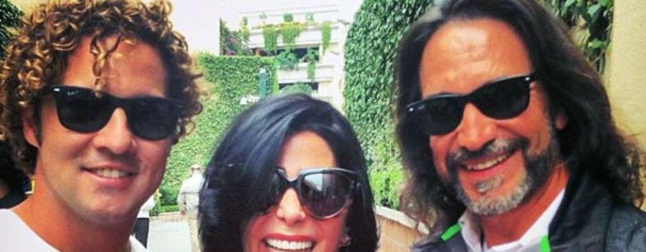 Siempre con una sonrisa, el cantante español posa con Marco Antonio Solís y Alejandra Guzmán.
