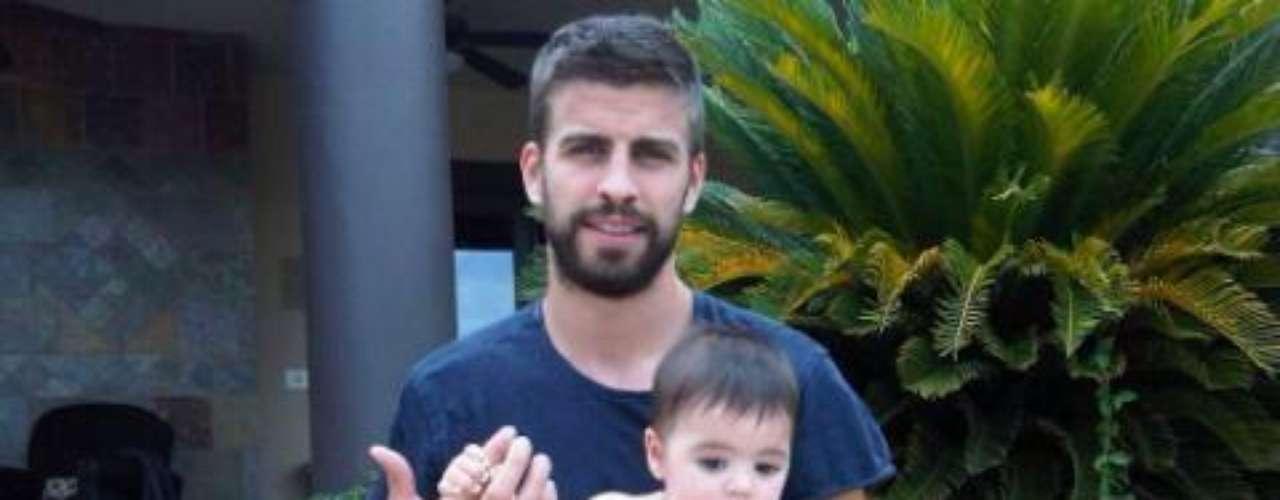 15 de Julio - Shakira, Piqué y Milan aprovecharon el tiempo que tienen libre para irse de vacaciones y así lo hizo saber la cantante a través de esta foto donde retrata a padre e hijo.