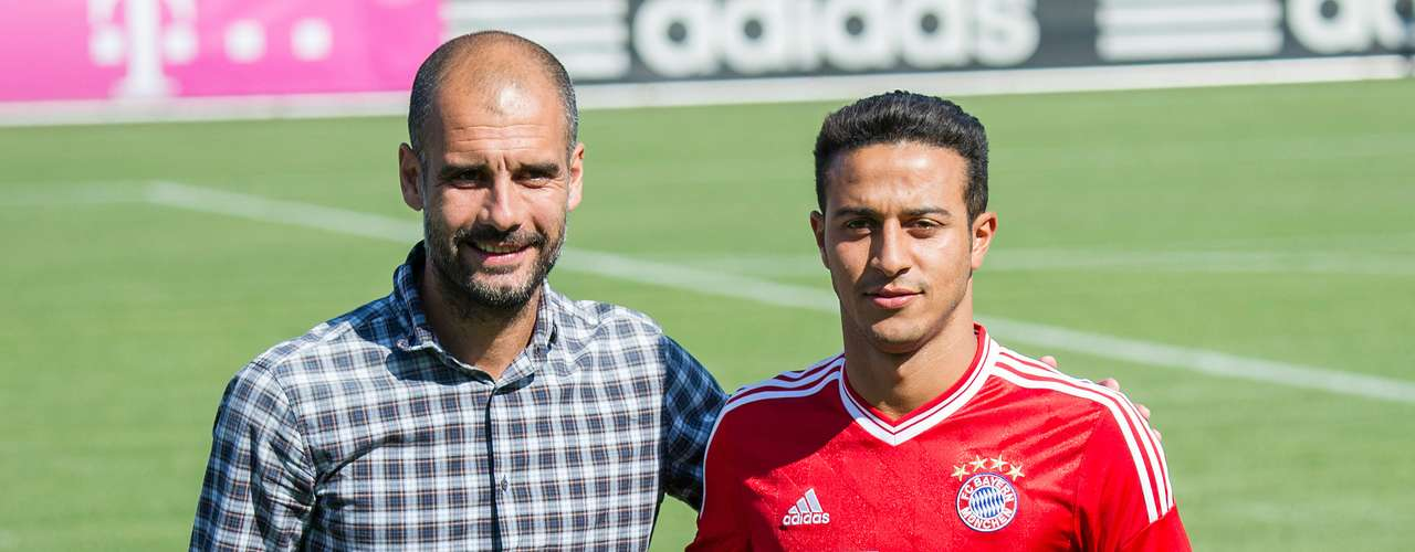 El mediocampista españolThiago Alcántara fue presentado por el Bayern Múnich.