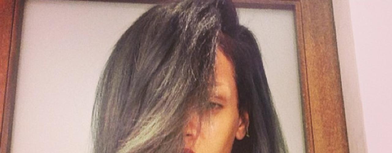 19 de Julio - Rihanna nos sigue sorprendiendo con sus cambios de look y ahora publicó esta imagen con su nuevo color de cabello en gris el cual considera que es el nuevo negro. ¿Será?