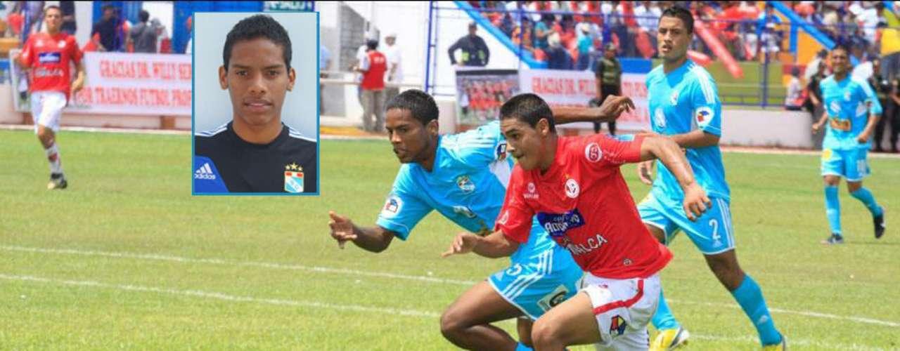 Jair Clavijo, de celeste, en un partido con Juan Aurich en el Torneo de Promoción y Reserva. El joven zaguero era una promesa