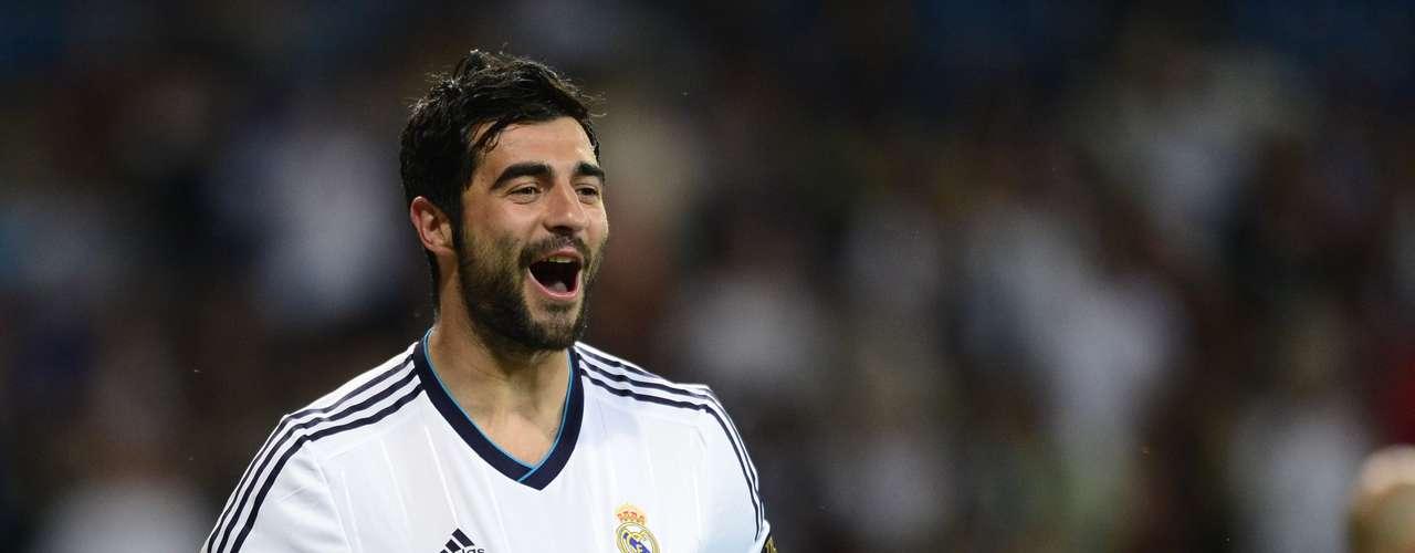 El Nápoles ha oficializado el fichaje del central español Raúl Albiol, hasta ahora en el Real Madrid, con el que ha firmado para las próximas cuatro temporadas.