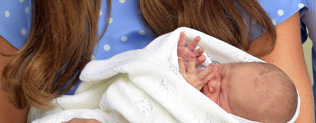 La pareja volvió después a entrar en el hospital y minutos después se pudo ver a Guillermo colocando al recién nacido en la parte trasera de su vehículo, junto a su madre, para salir conduciendo con rumbo a su residencia del palacio de Kensington.