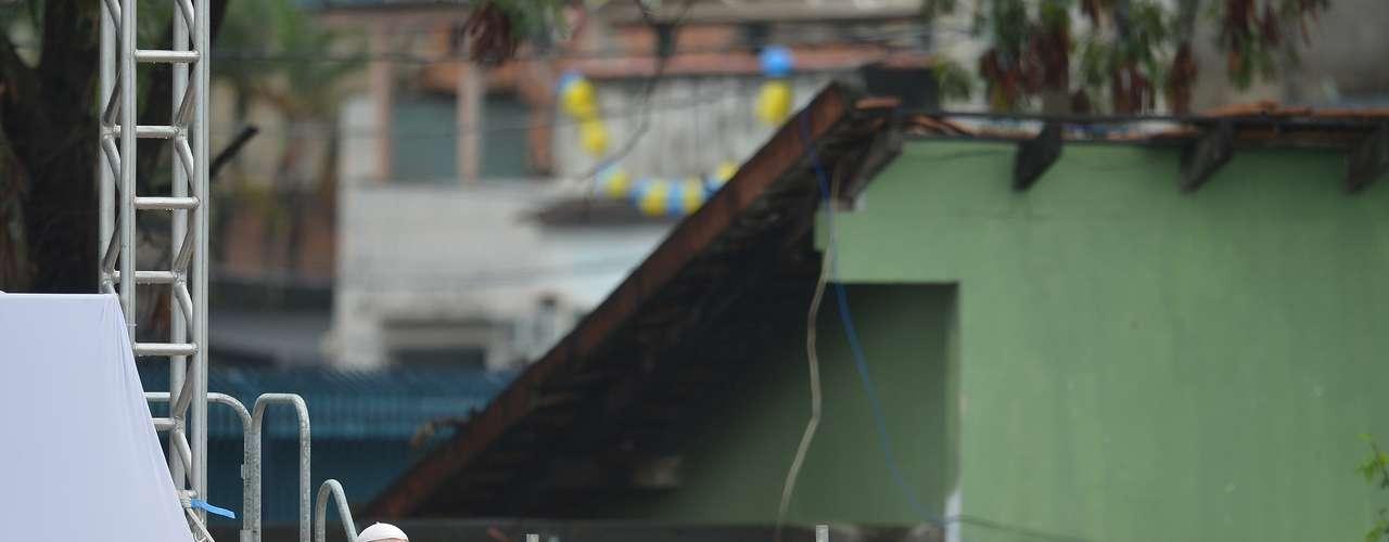 El pontífice visitó este jueves (25) el complejo de favelas de Manguinhos, lugar hasta finales del pasado año controlado por bandas de narcotraficantes y ahora una zona recuperada para la ciudad.