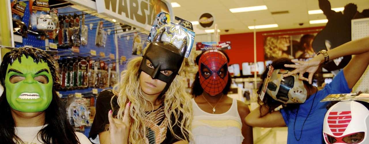 Cuando finalice su gira mundial, Beyoncé fácilmente podría ser la nueva Batichica o sustituir a Christian Bale en el papel de Batman, bueno eso es lo que se podría pensar al ver esta fotografía compartida por la estrella en las redes sociales con una careta de uno de los superhéroes más famosos del planeta.