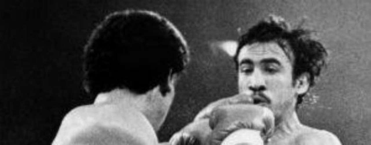 Carlos Zárate es considerado como uno de los mejores pesos Gallo en la historia. El 3 de junio de 1979 es quizás la fecha que más recuerda Zárate en todo su recorrido. Fue la fecha en que enfrentó a su compatriota Guadalupe Pintor, a quien aplastó contra la lona en un combate muy discutido y que claramente ganó, aunque los jueces favorecieron al rival.
