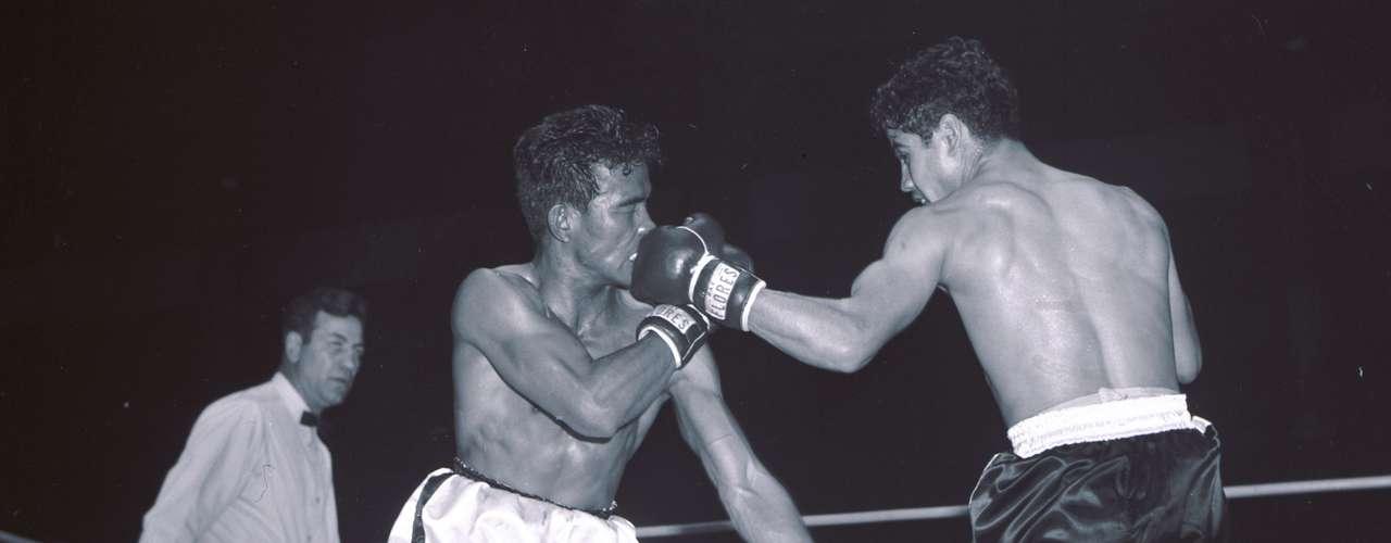 Raúl 'Ratón' Macías obtuvo en 1955 el campeonato mundial de peso gallo de la Asociación Nacional de Boxeo, organismo precursor de la Asociación Mundial de Boxeo. Su registro como boxeador profesional fue de 41 victorias y 2 derrotas con 25 victorias por nocaut. En 2009, falleció de un paro cardíaco a los 74 años. Fue un ícono en la década de los 50 y 60.