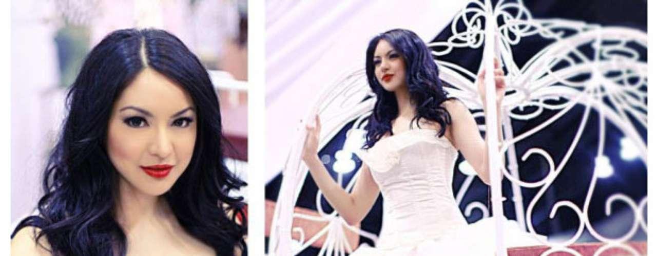 Miss Canadá - Riza Raquel Santos. Tiene27 años de edad, mide 1.81 metros de estatura (5 ft 11 12 in) y procede de Calgary.