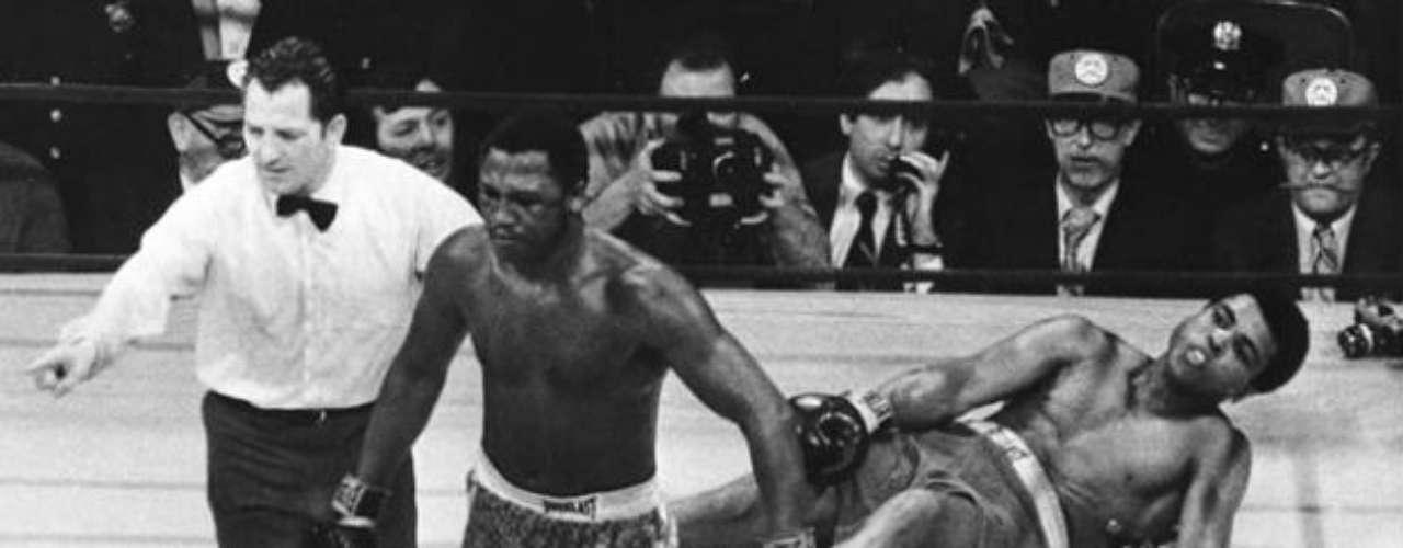 El estadounidense Joe Frazier es miembro del salón de la fama en Canastota. Fue campeón mundial en la categoría de peso pesado y sostuvo combates de época contra rivales como Muhammad Ali, al que derrotó en una ocasión. Falleció el 7 de noviembre de 2011, pero su legado dejó huella. Terminó con un récord de 32 victorias por cuatro derrotas y un empate.