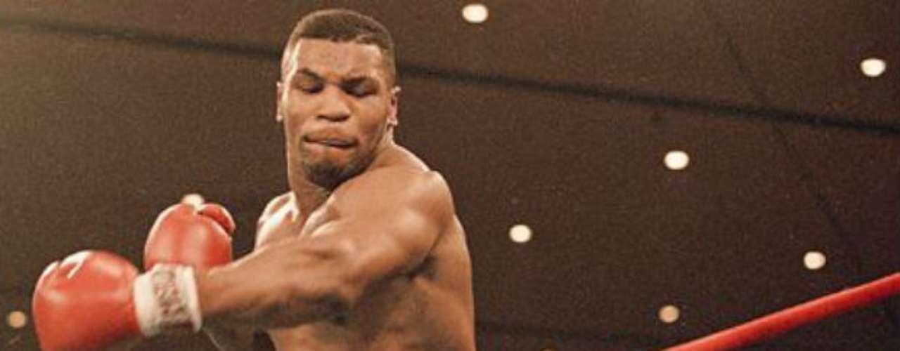 El estadounidense Mike Tyson fue un peleador polémico fuera del ring, pero aun así está dentro de los grandes. Es el boxeador más joven de la historia en conseguir un título mundial de los pesos pesados cuando en 1986 ganó el título de la WBC ante Trevor Berbick, con tan sólo 20 años. Su carrera la finalizó con 50 victorias por seis derrotas y cero empates. Ha estado metido en diversos problemas legales, pero sigue siendo un referente del boxeo.