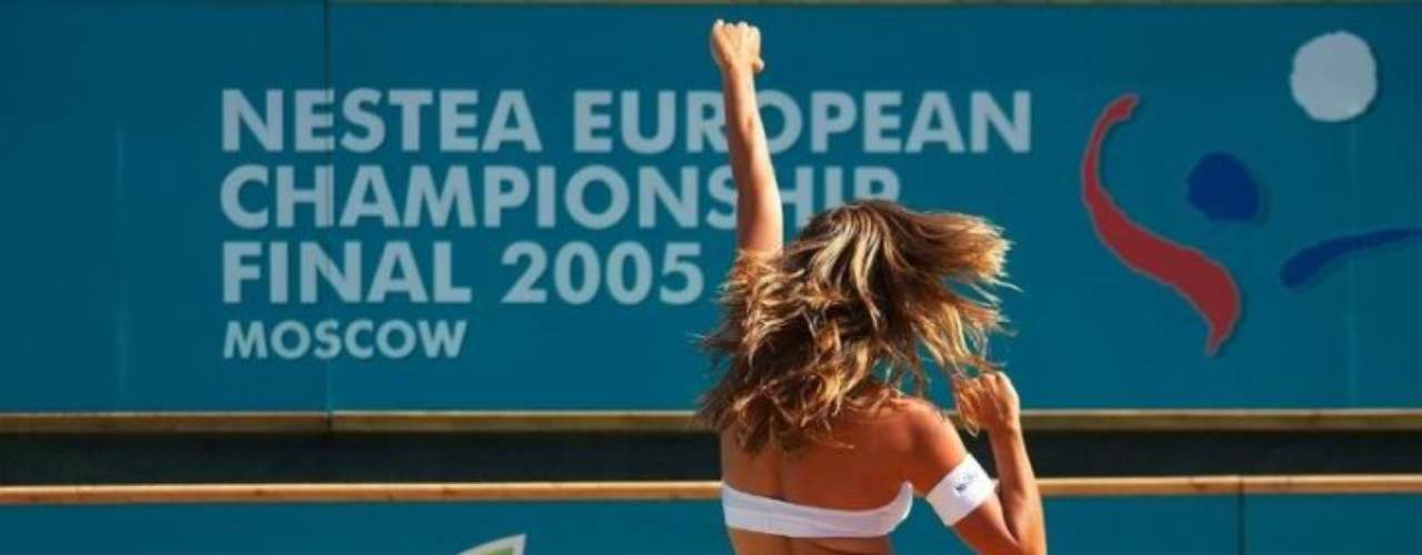 El voleibol de playa tiene muchas bellas jugando, pero también destacan las bellas porristas que ponen ambiente en cada uno de sus partidos.